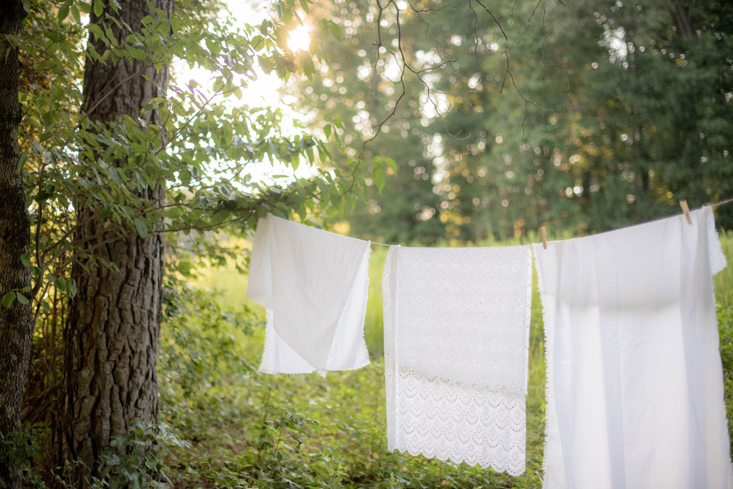 ייבוש בגדים על מתלה כביסה באוויר הצח חוסך באנרגייה
